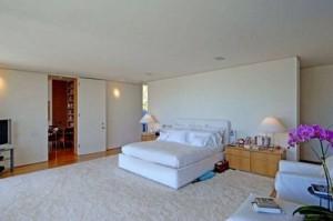 Jennifer-Anistons-white-bedroom-Bel-Air