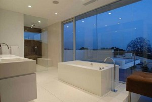 Matthew-Perrys-house-in-L.A.-bathtub