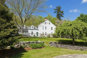 Renee-Zellwegers-Federal-Colonial-Farmhouse-Connecticut-10